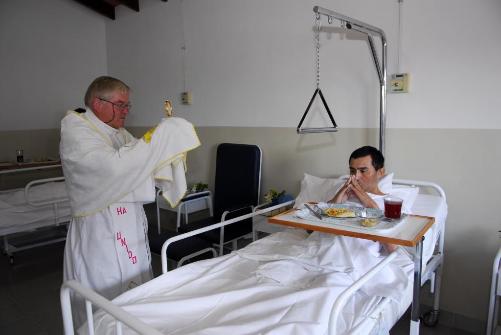 Asuncion Paraguay Marzo 2006 Parrocchia San Rafael Padre Aldo Trento con i malati terminali terminali di aids nella clinica della parrocchia